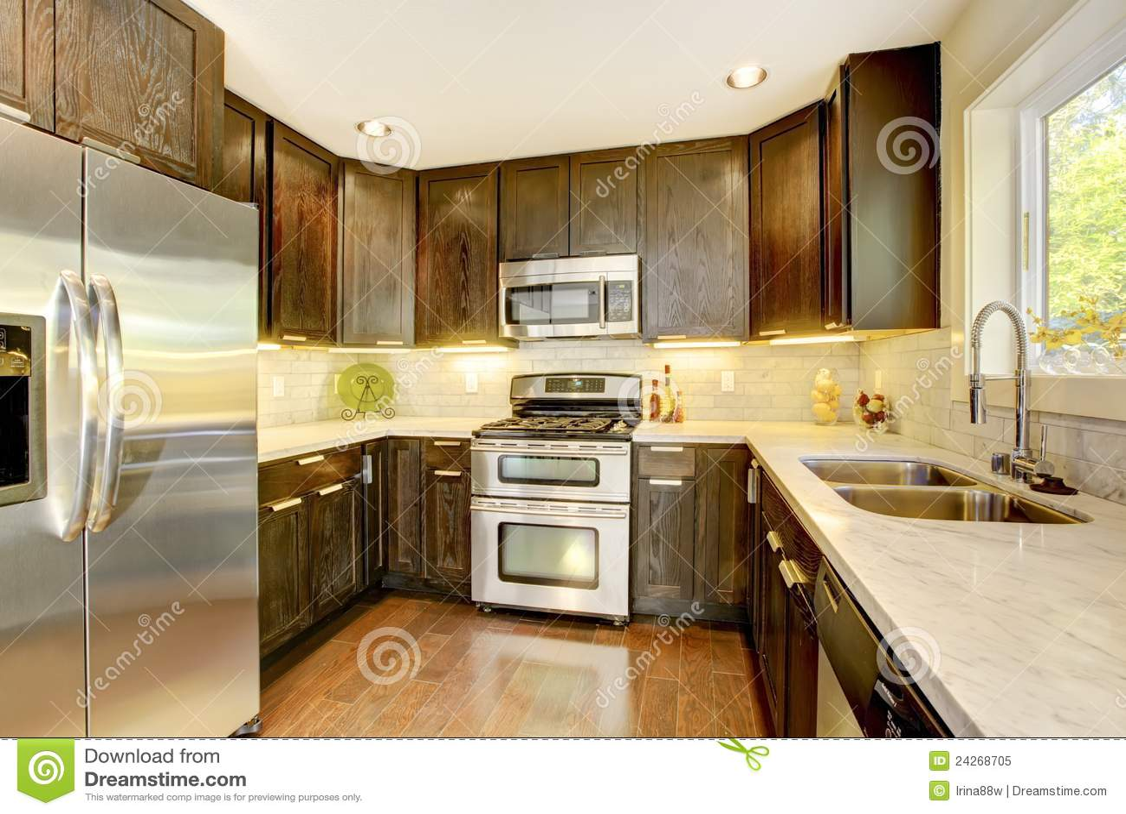 Cozinha Nova Luxuosa Moderna Do Marrom Escuro E Do Branco. Foto de  #38200C 1300 957