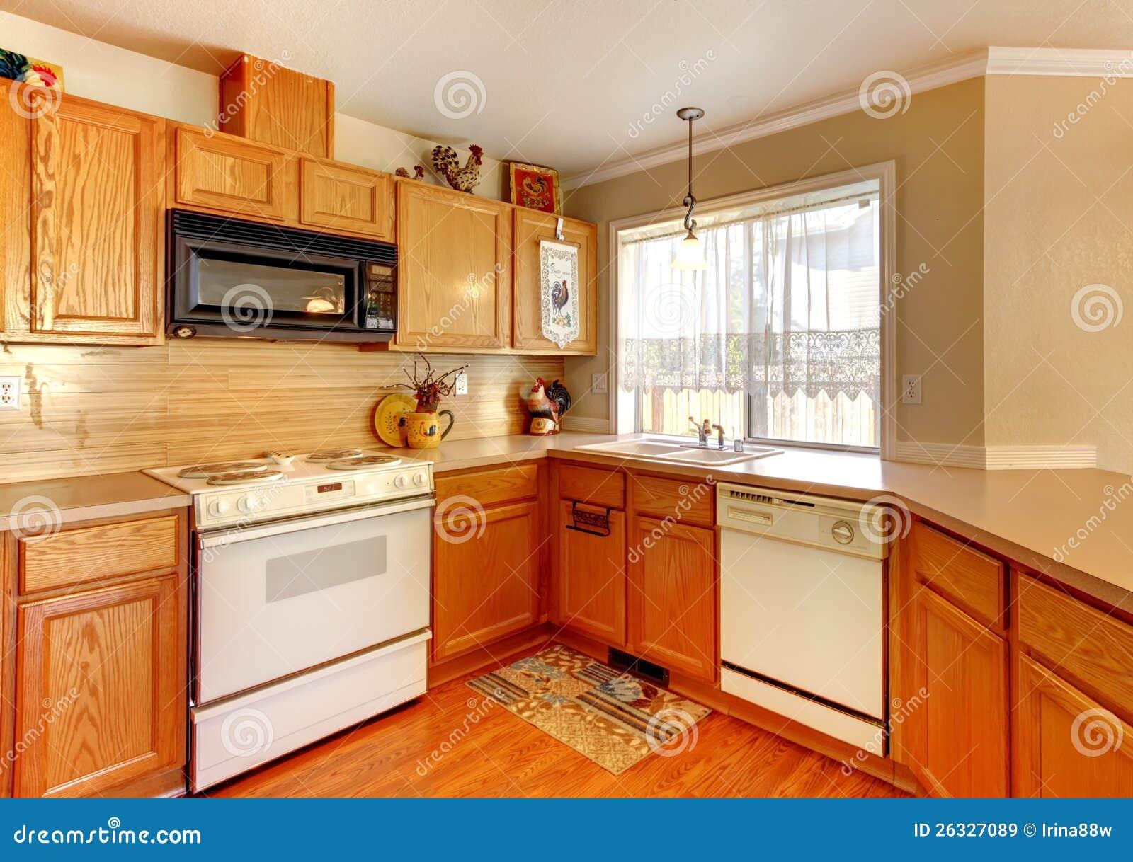 Cozinha padrão americana da parede de madeira e bege com dispositivos  #BC4606 1300 1006