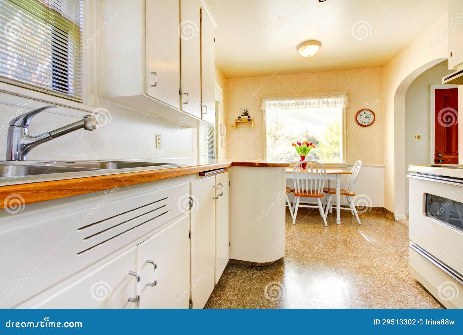#B34C08 Cozinha pequena velha branca na construção americana da casa em 1942  1300x957 px Imagens De Kitchen Interior Design_371 Imagens