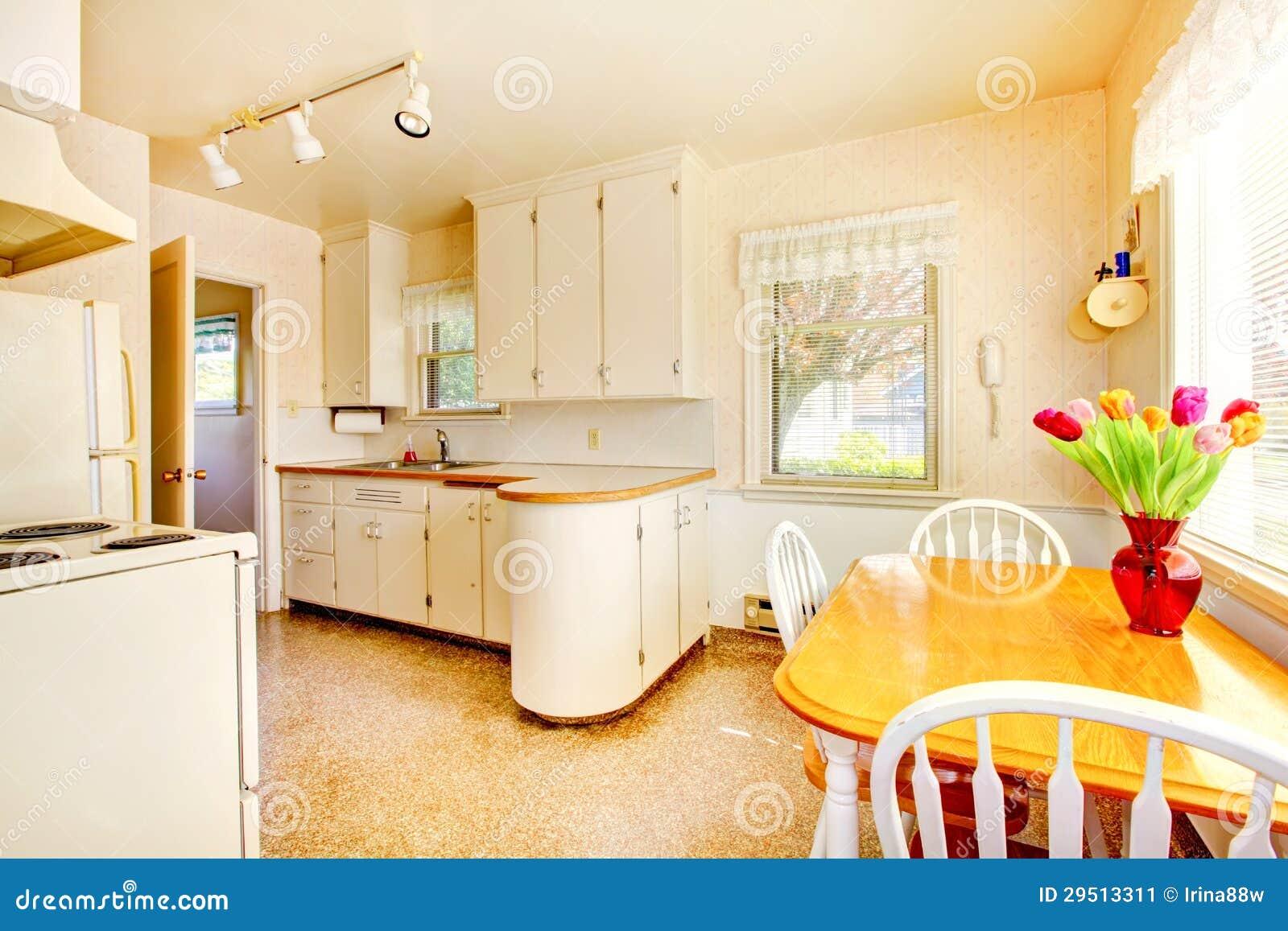 Cozinha pequena velha branca na construção americana da casa em 1942  #C1900A 1300 957