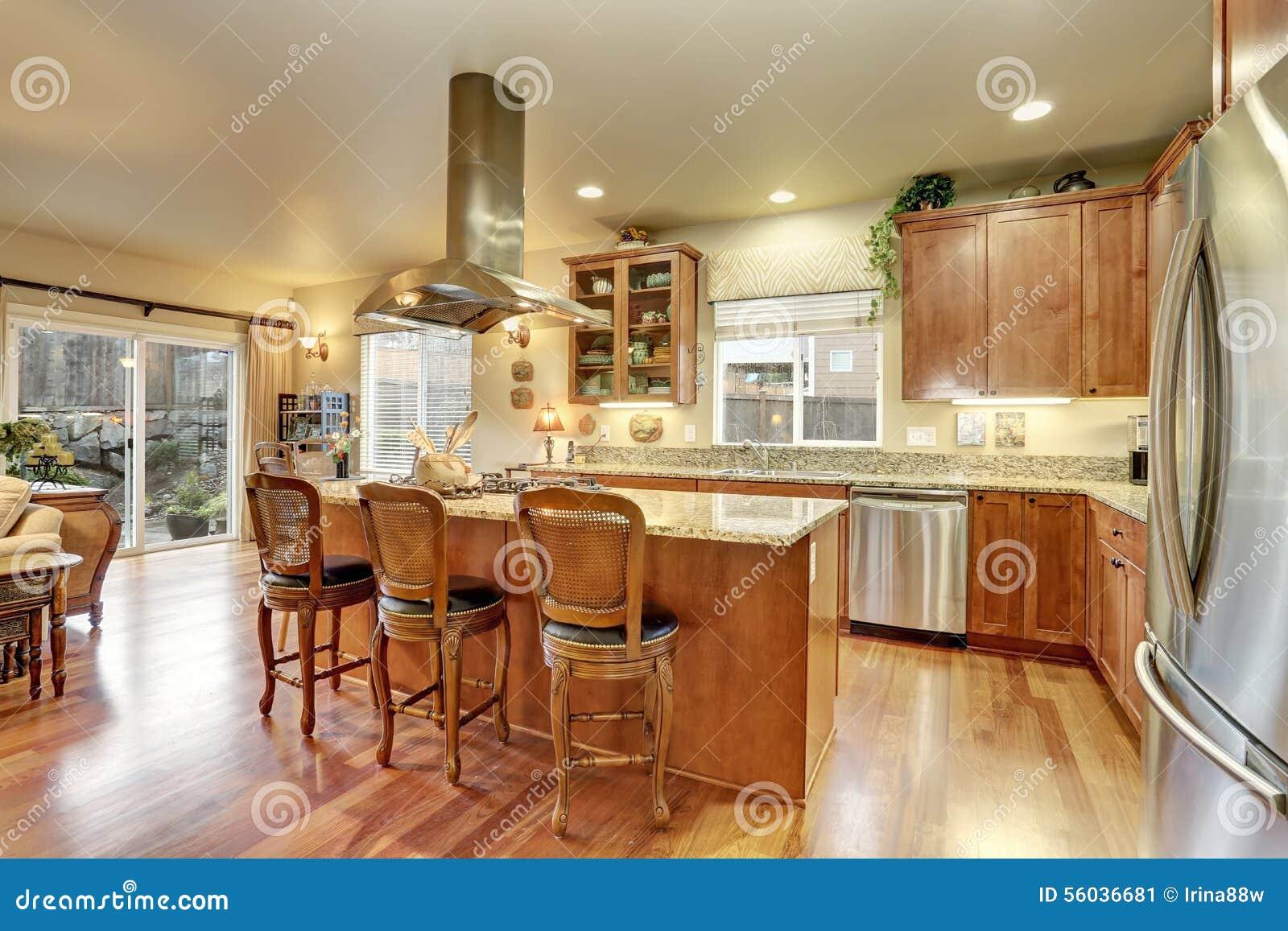 Cozinha Perfeita Com Assoalho E Ilha De Folhosa Imagem De Stock