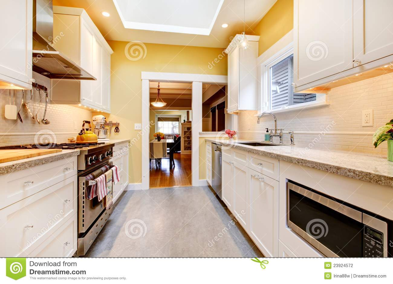 Cozinha Simples Amarela E Branca Com Clarab Ia Foto De Stock