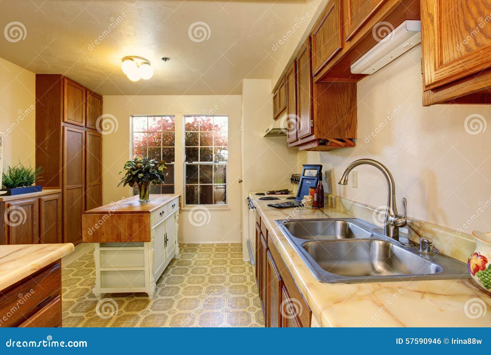 Cozinha Tradicional Com Assoalho De Telha E Ilha Pequena Foto De