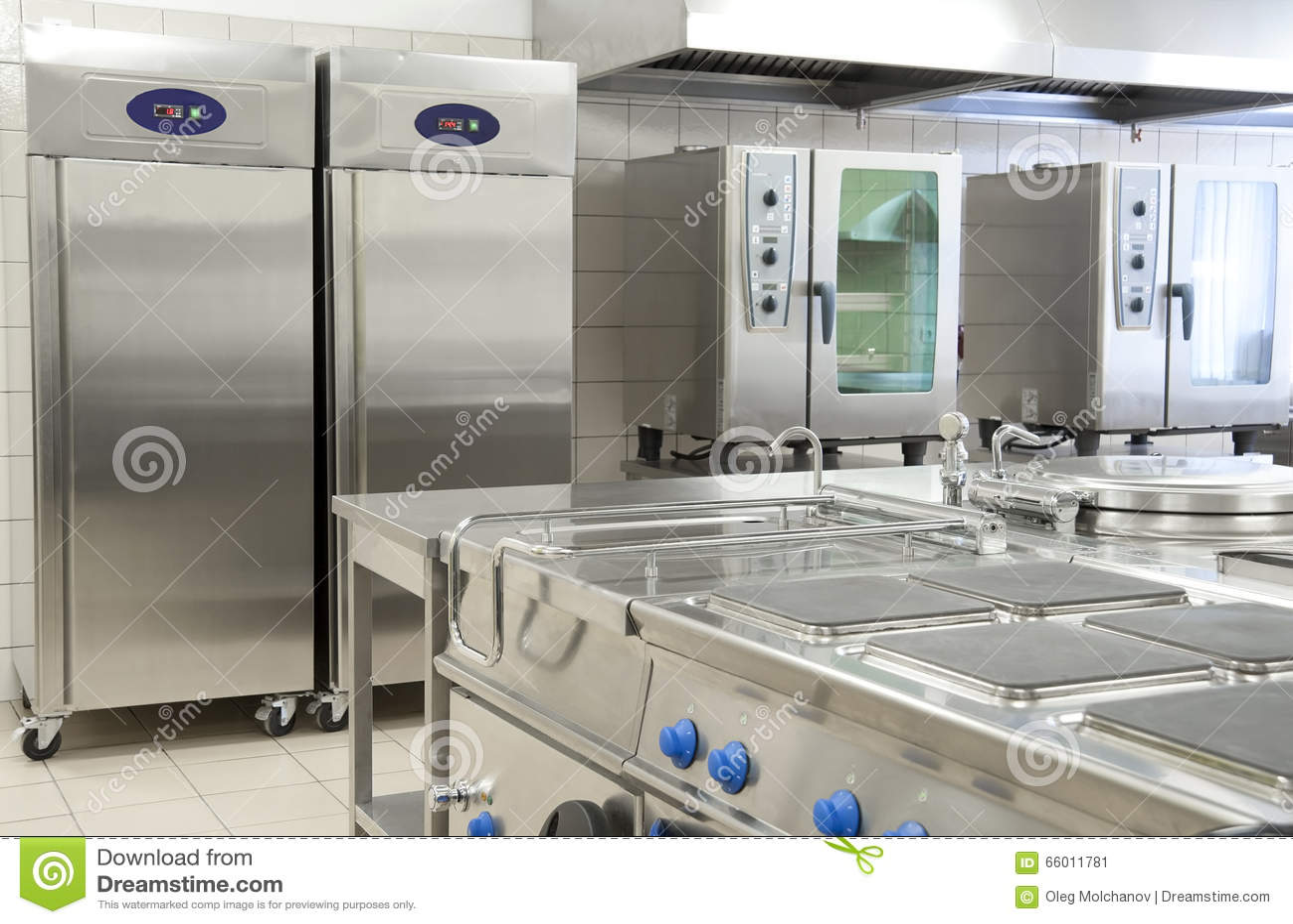 Cozinha vazia do restaurante com equipamento profissional