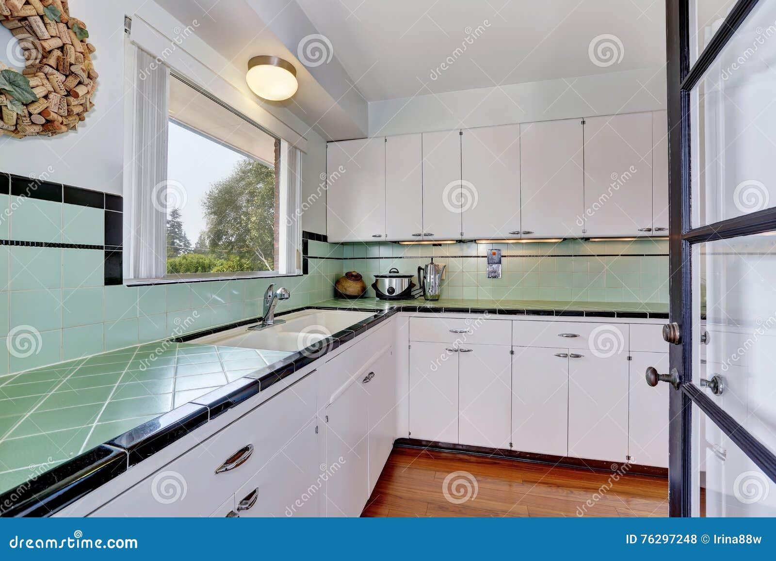 Cozinha Velha Simples Vazia Branca Na Casa Americana Foto De Stock