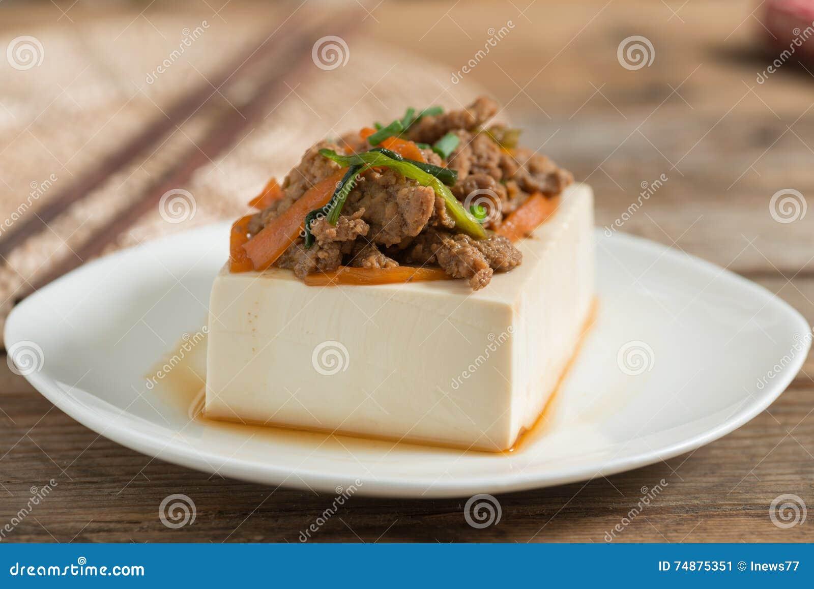 Cozinhando a cobertura do tofu com triture a carne de porco e a cenoura, cebola