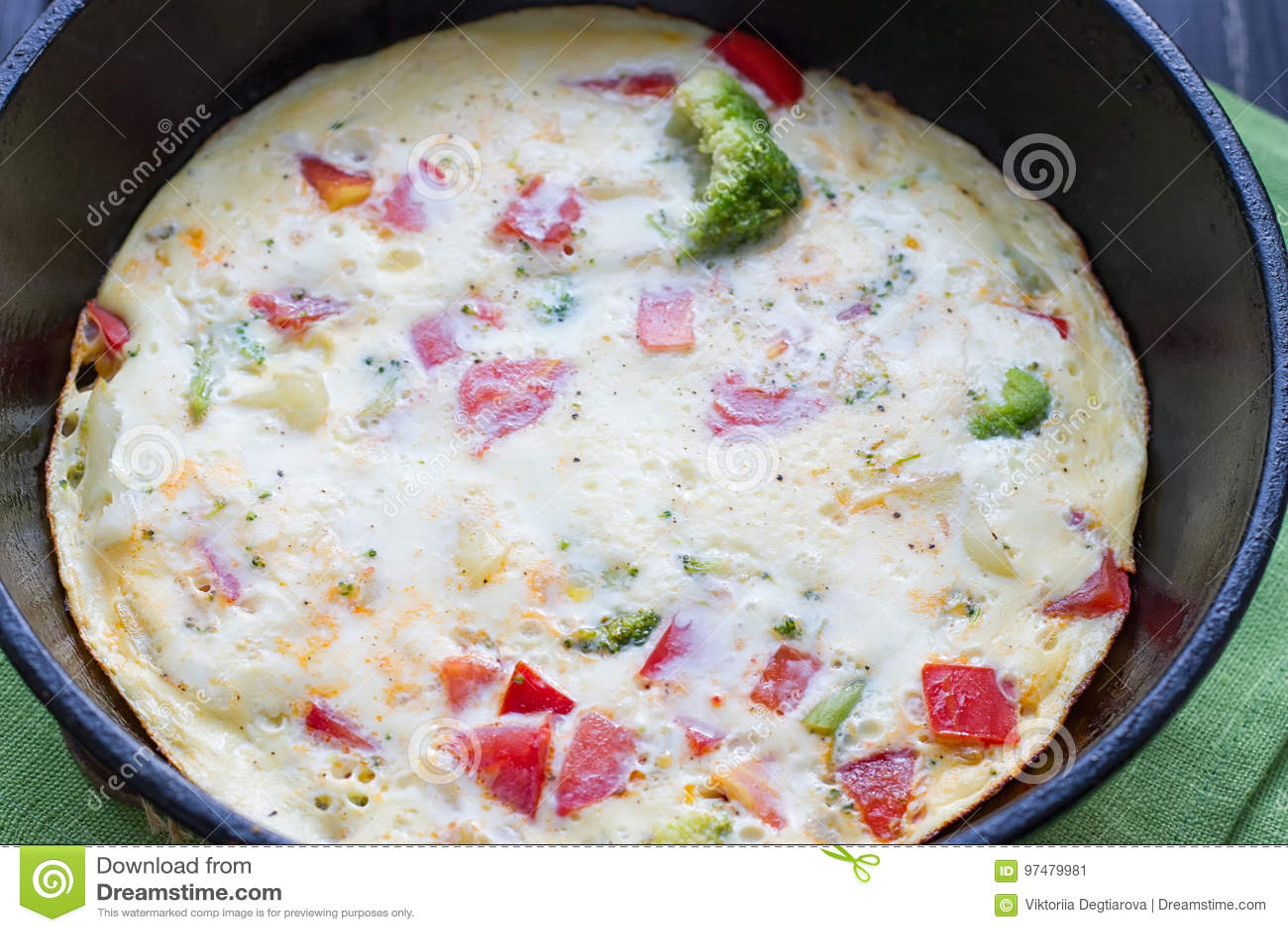 Cozinhando a omeleta em uma bandeja