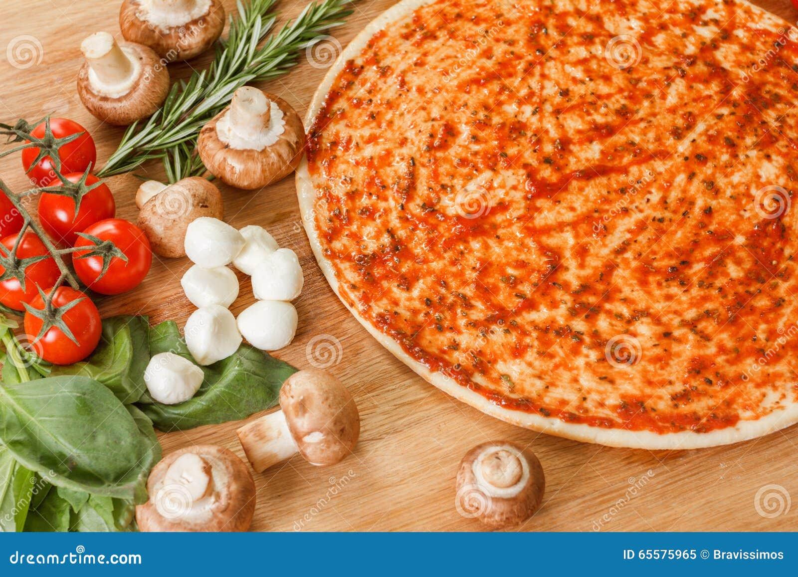 Cozinhando a pizza com legumes frescos Os ingredientes de alimento fecham-se acima