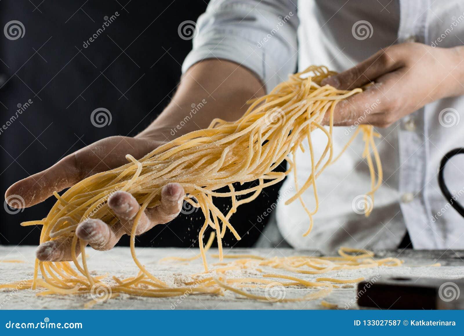 Cozinhe guardar os espaguetes recentemente cozinhados na cozinha