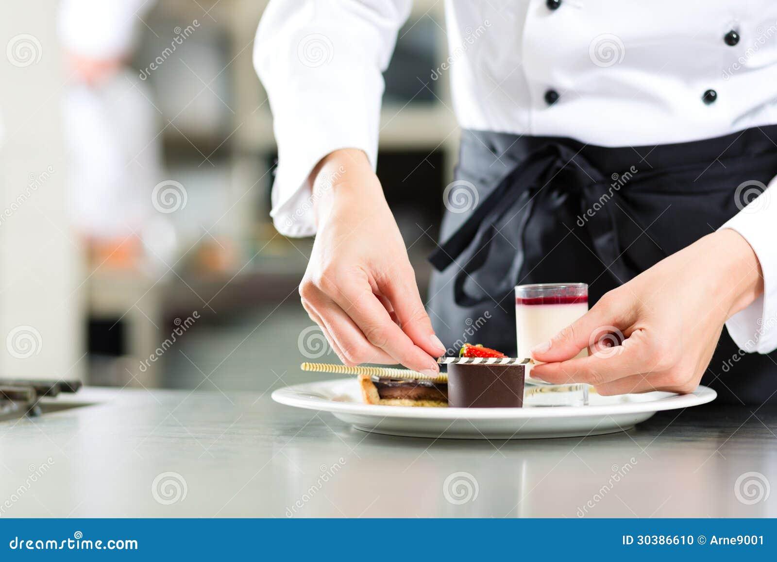Cozinhe, cozinheiro chefe de pastelaria, no hotel ou na cozinha do restaurante