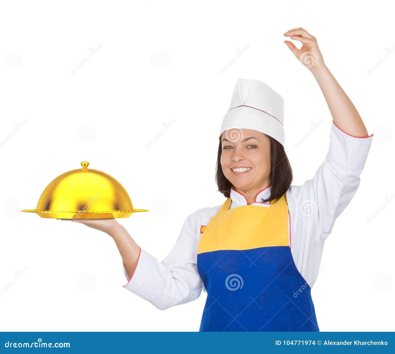 Cozinheiro chefe bonito da jovem mulher com a campânula dourada do restaurante