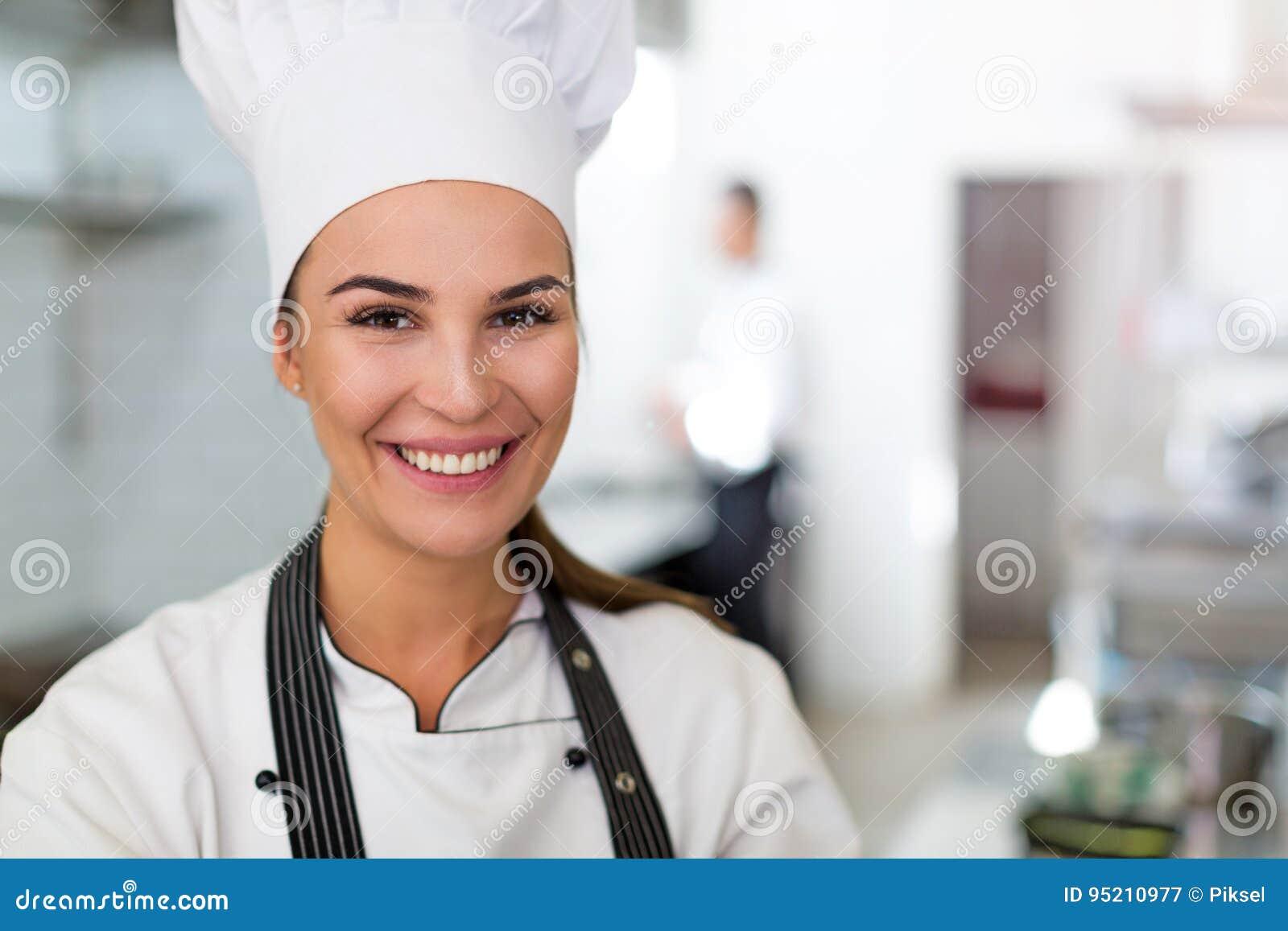 Cozinheiro chefe fêmea na cozinha