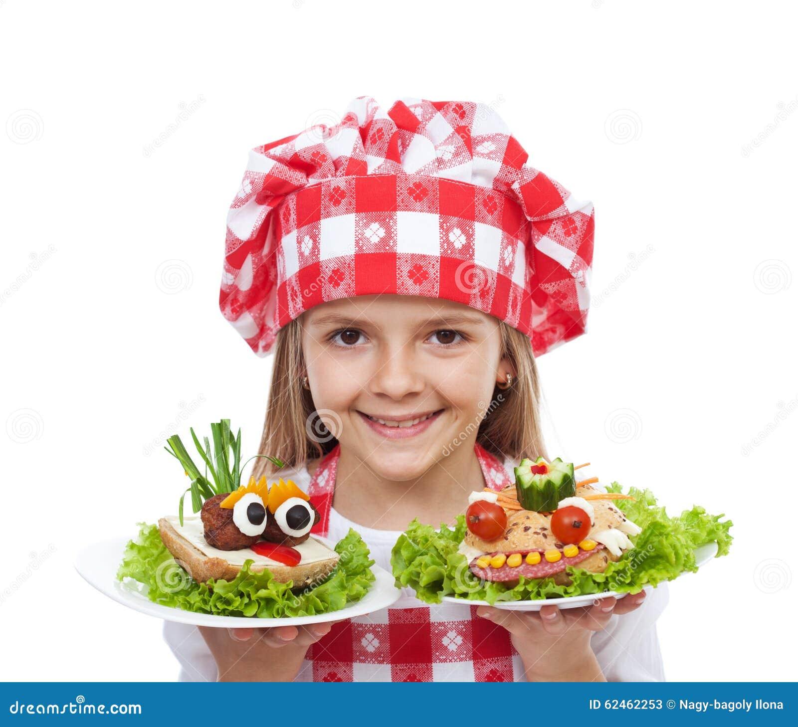 Cozinheiro chefe feliz da menina com sanduíches criativos