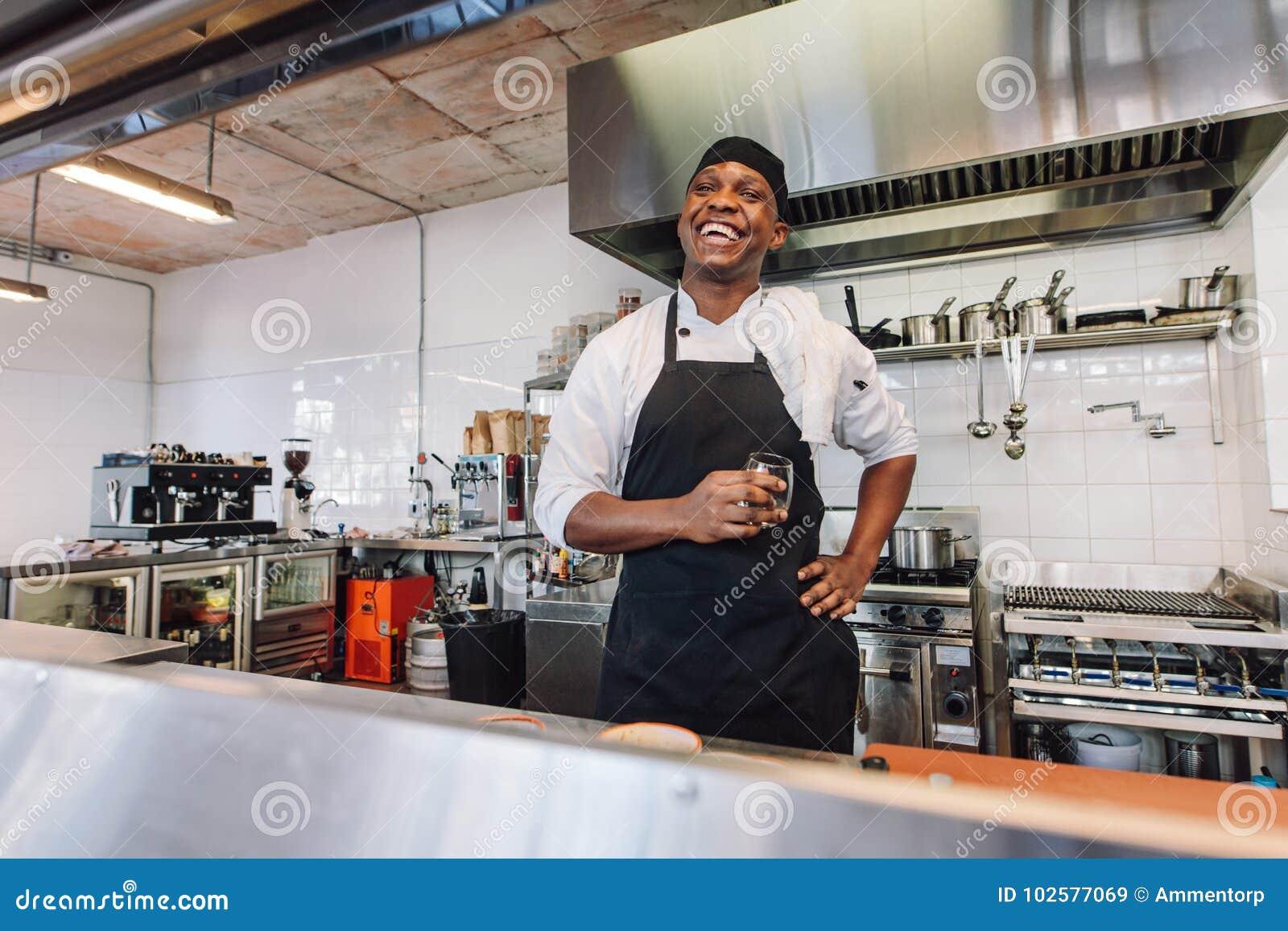 Cozinheiro chefe gourmet que toma uma ruptura