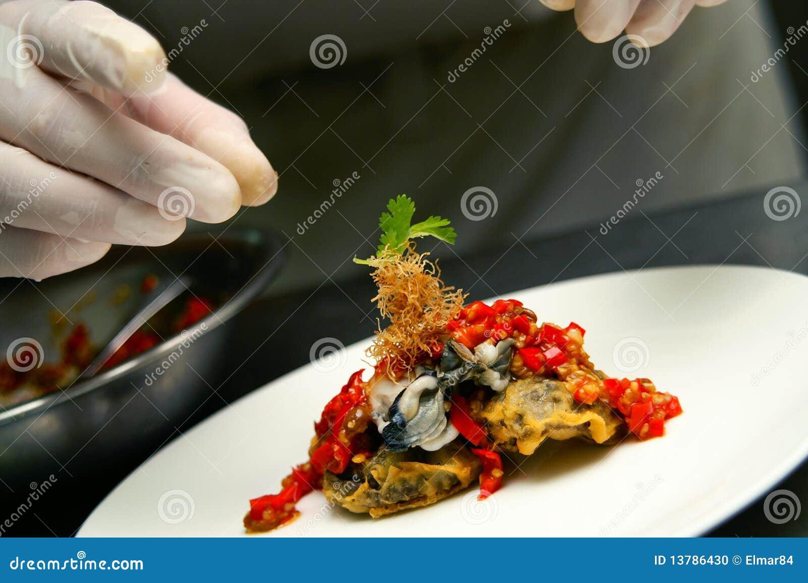 Cozinheiro chefe que faz o toque final