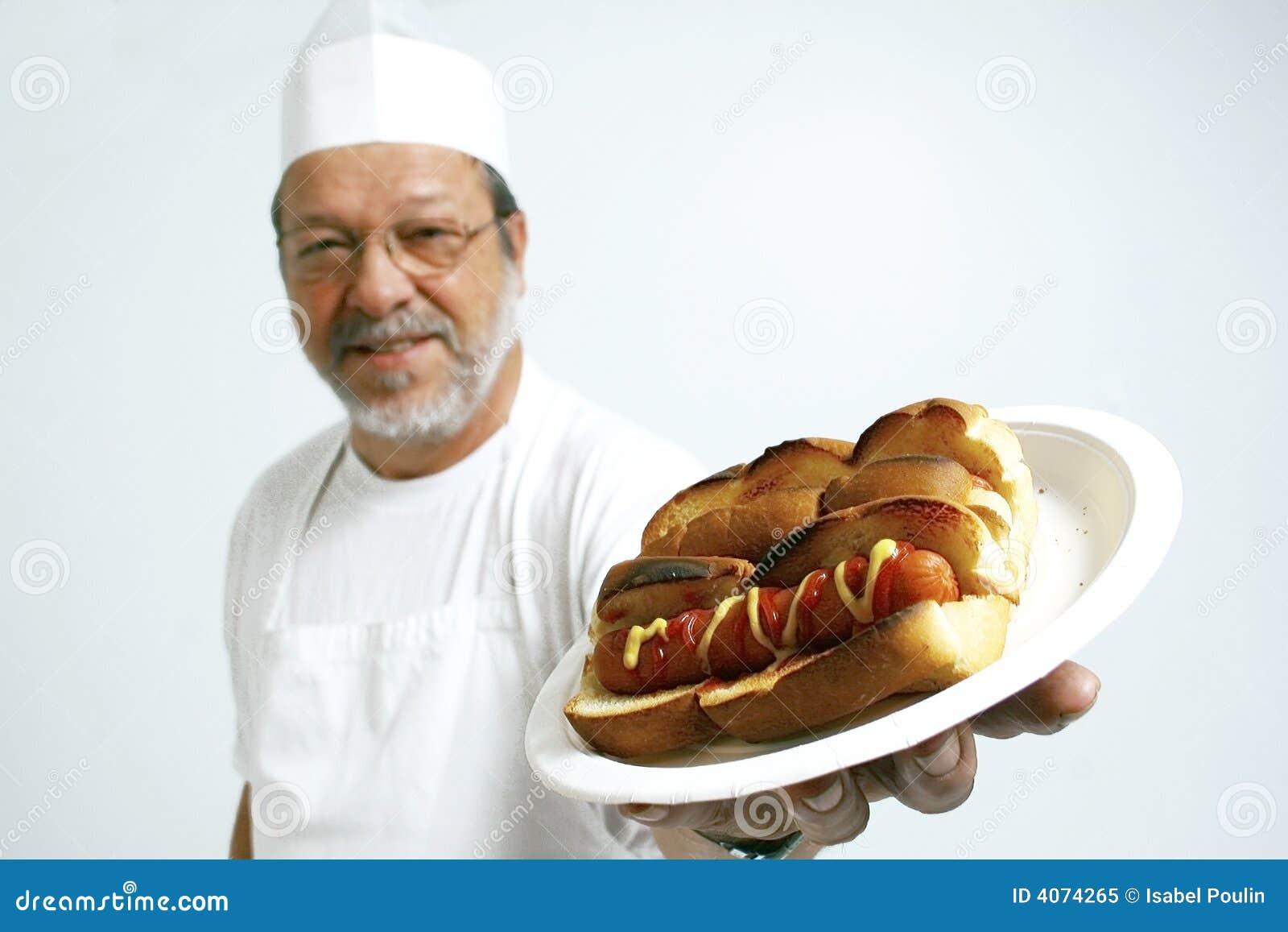 Cozinheiro com cães quentes