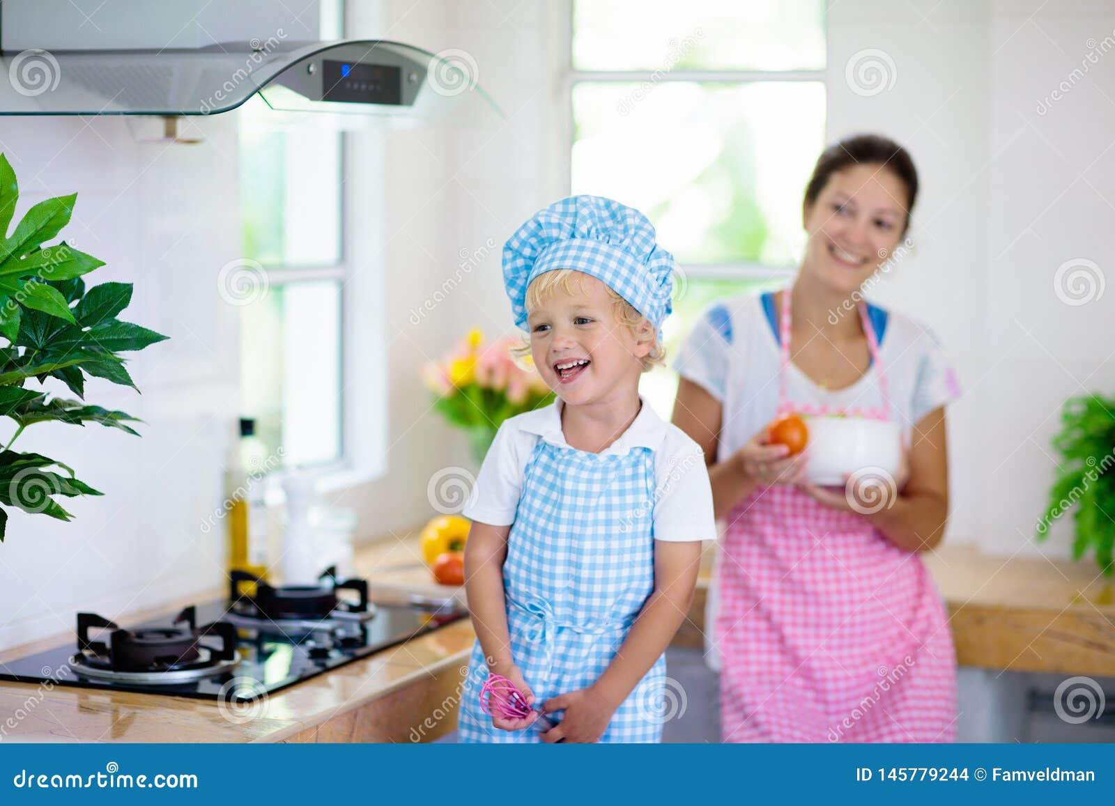 Cozinheiro da m?e e da crian?a Cozinheiro da mam? e da crian?a na cozinha