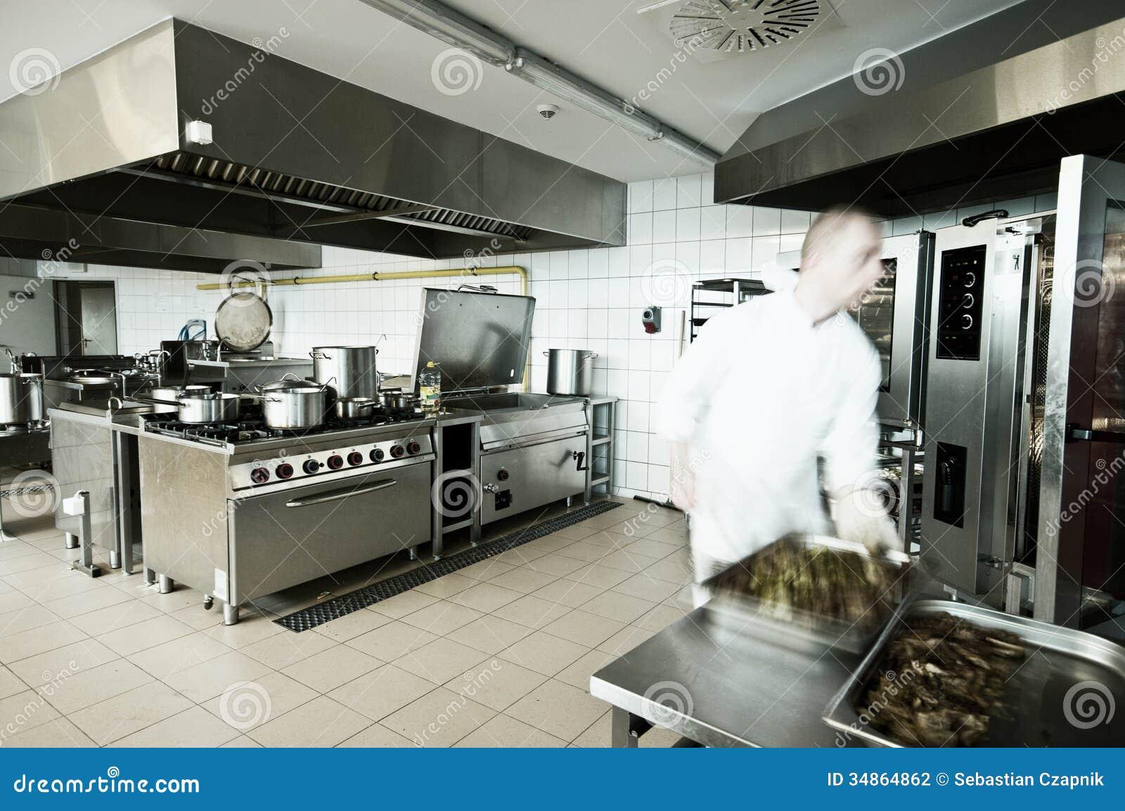 Cozinheiro na cozinha industrial