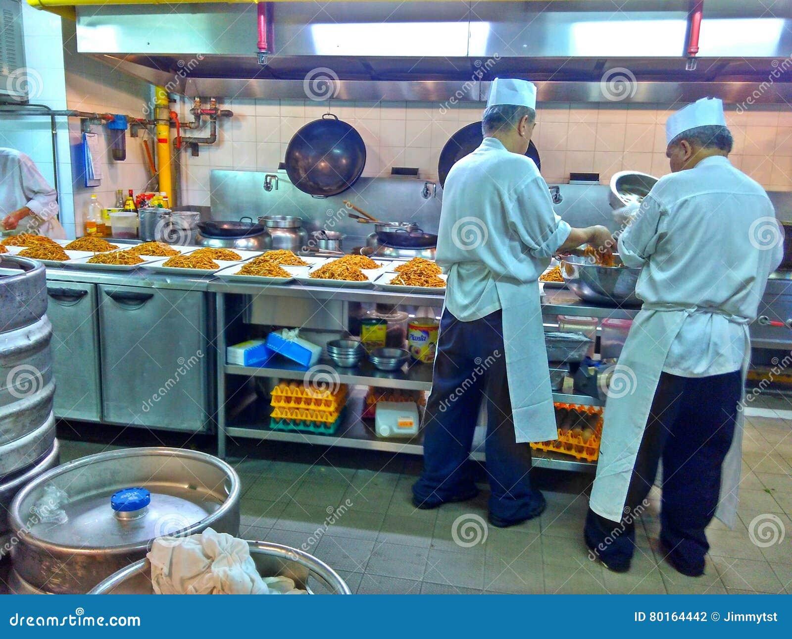 Cozinheiros chefe na cozinha do restaurante