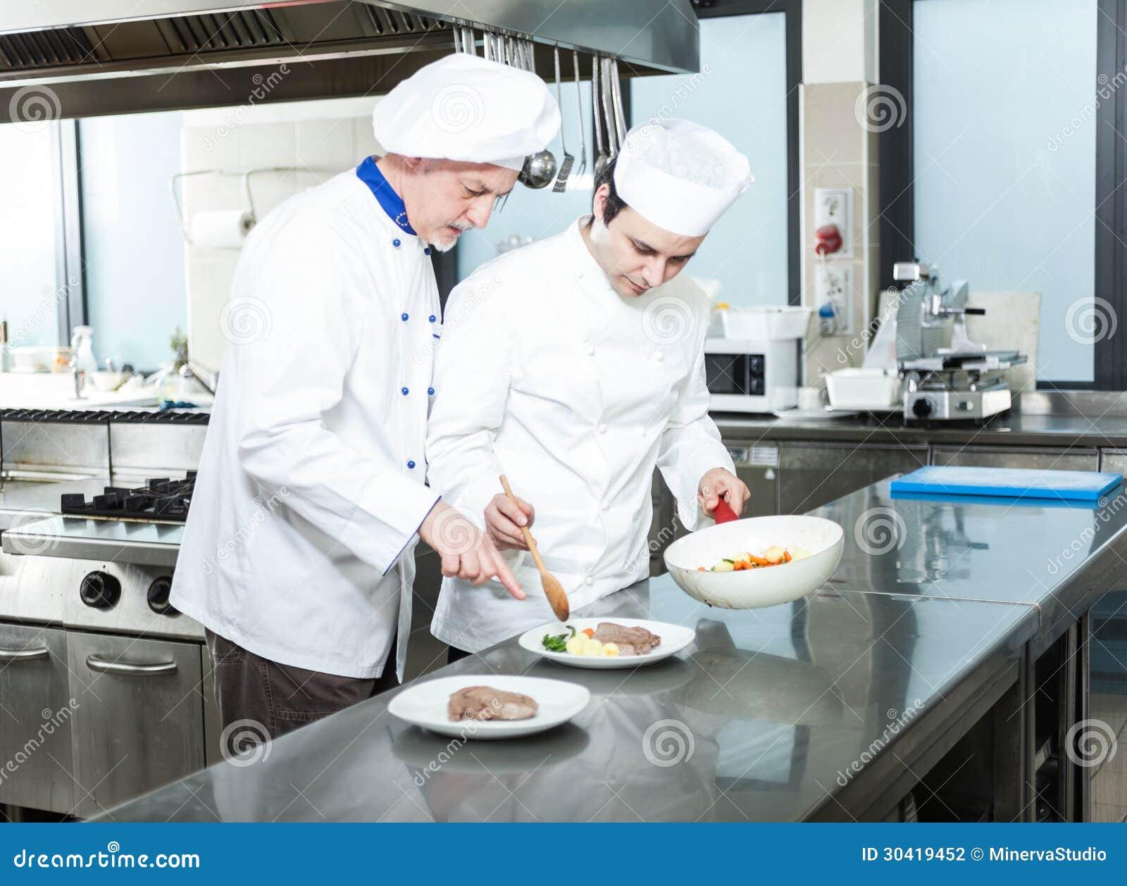 Cozinheiros chefe profissionais no trabalho