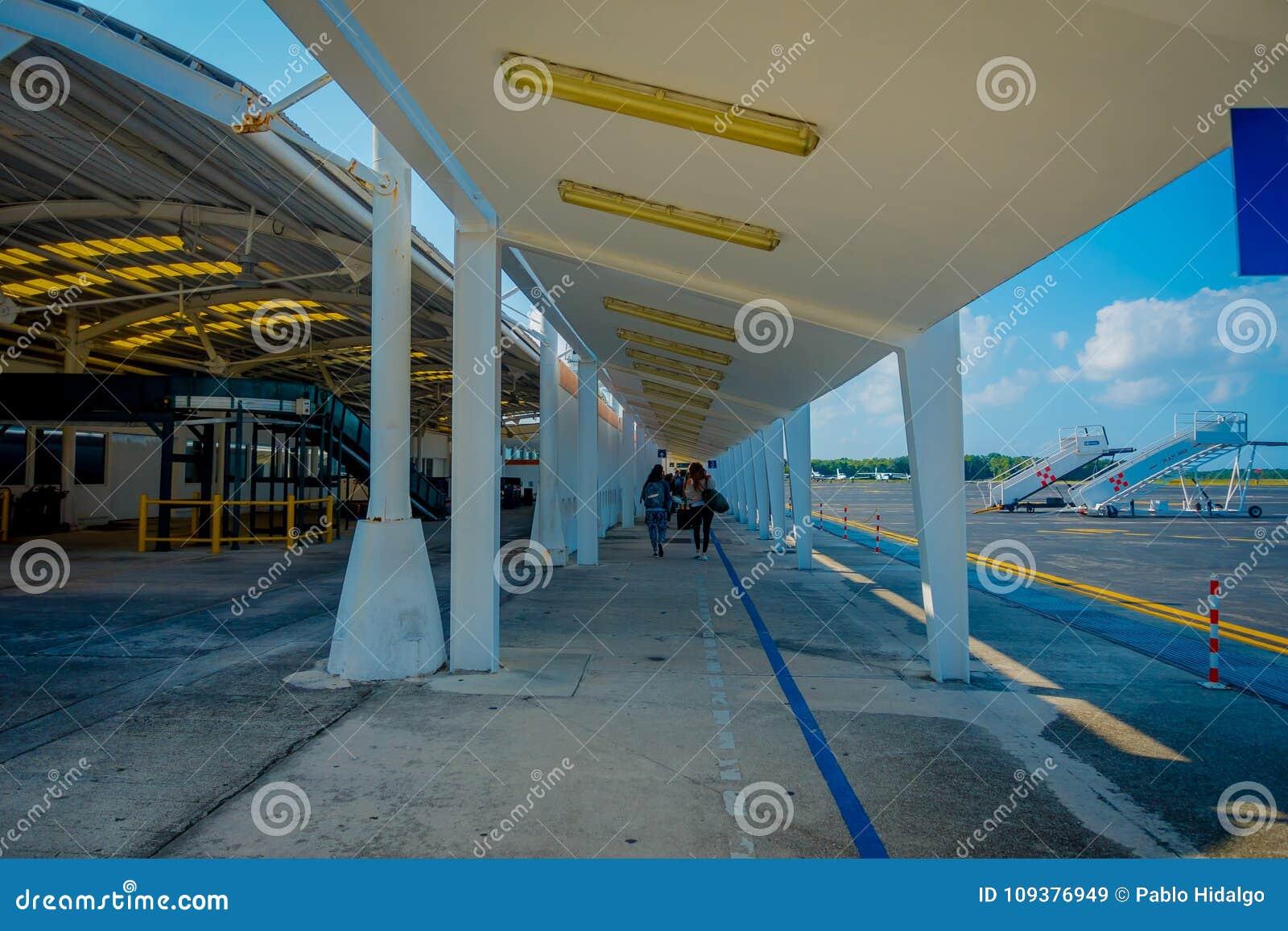 COZUMEL, MEXIQUE - 12 NOVEMBRE 2017 : Personnes non identifiées marchant de l avion dans l aéroport international de Cozumel deda