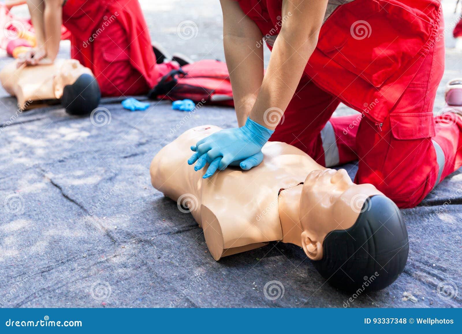 CPR Conceito do treinamento dos primeiros socorros Massagem cardíaca