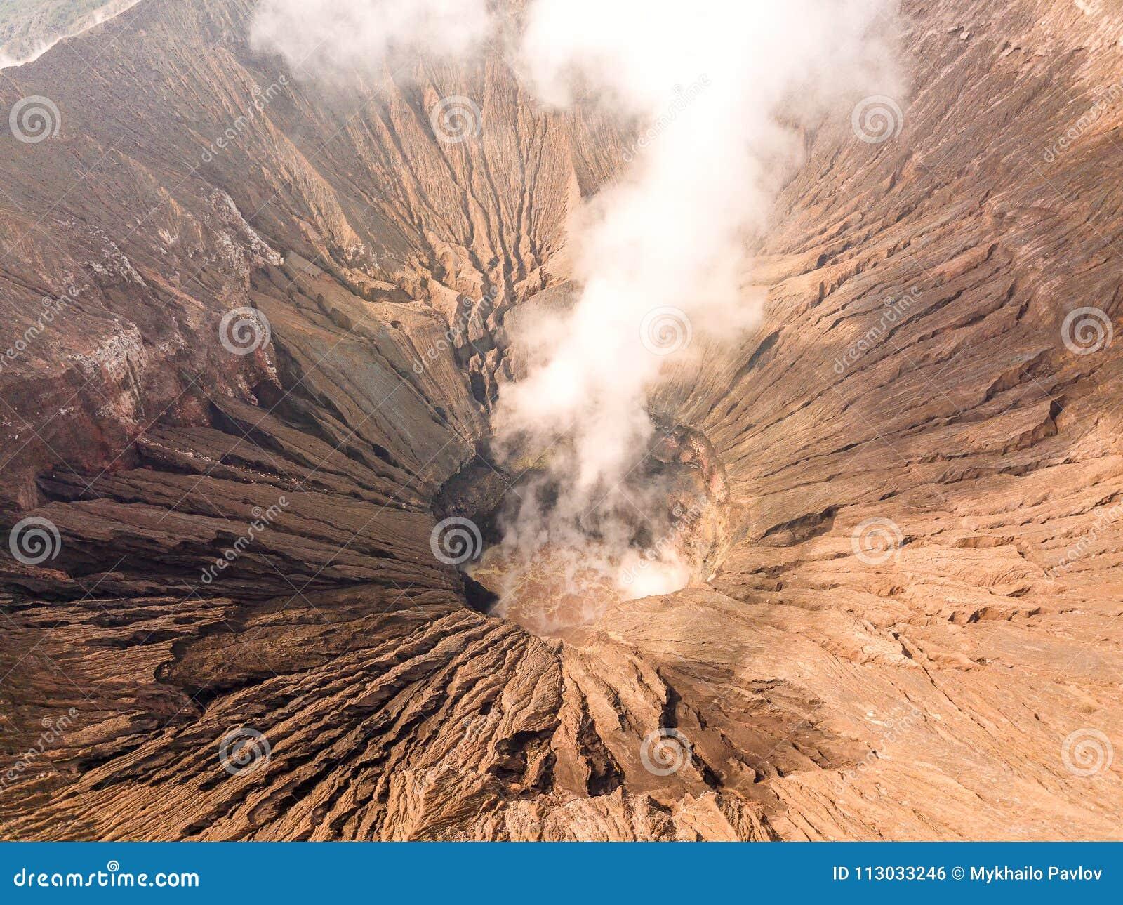 Cráter de un volcán activo Silueta del hombre de negocios Cowering