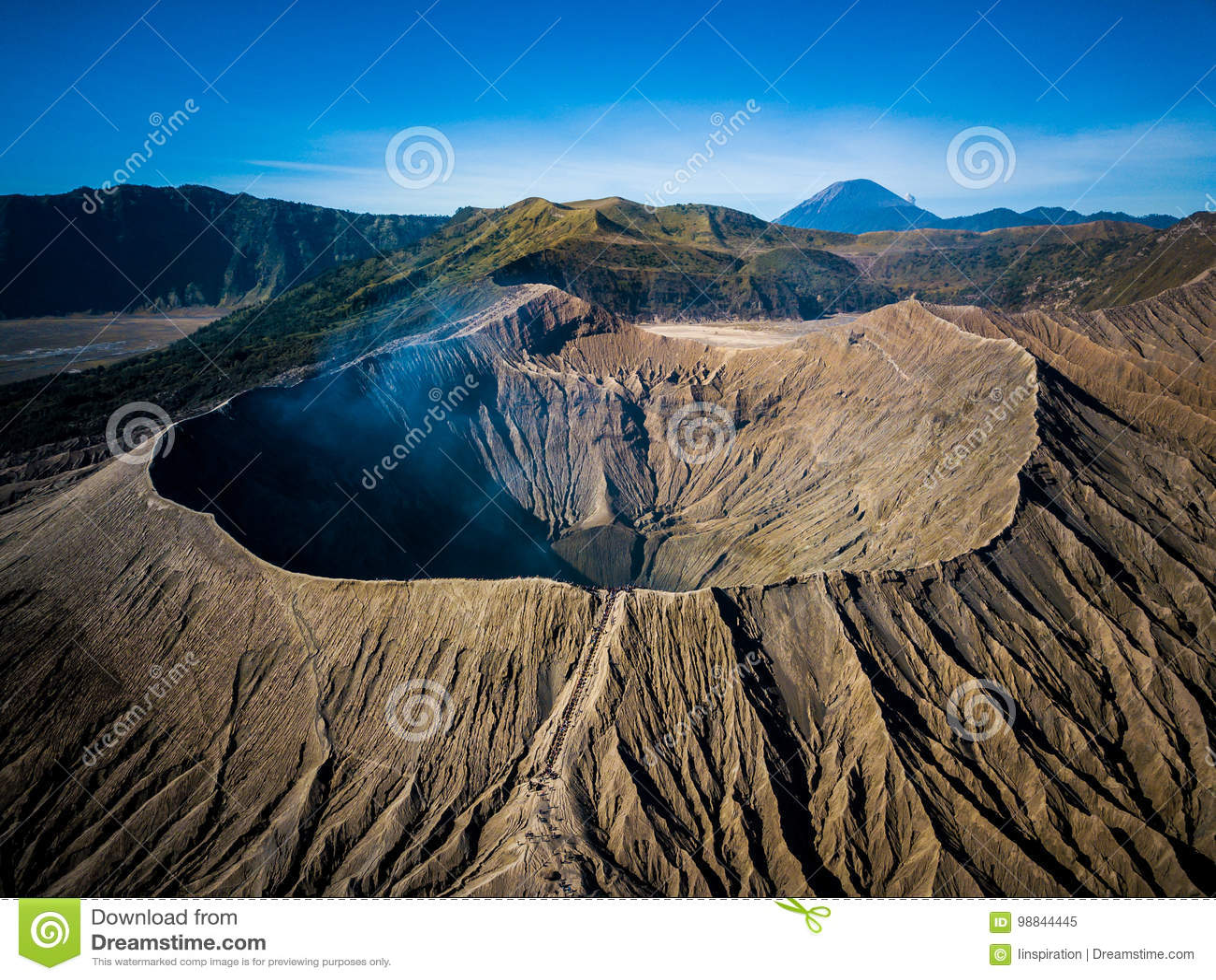 Cráter del volcán activo de Bromo de la montaña en Jawa del este, Indonesia Visión superior desde la mosca del abejón