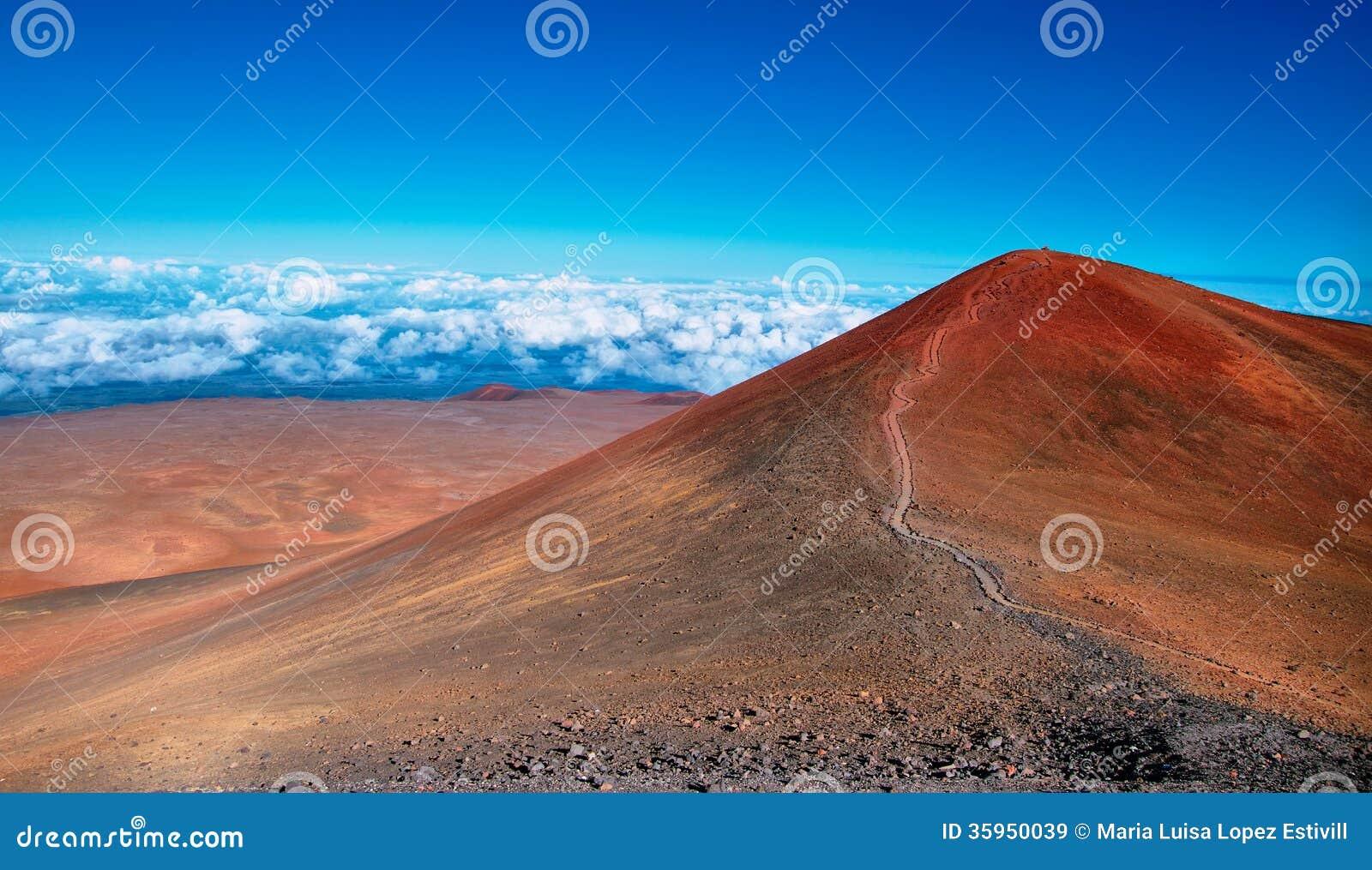 Cráteres volcánicos extintos en fondo