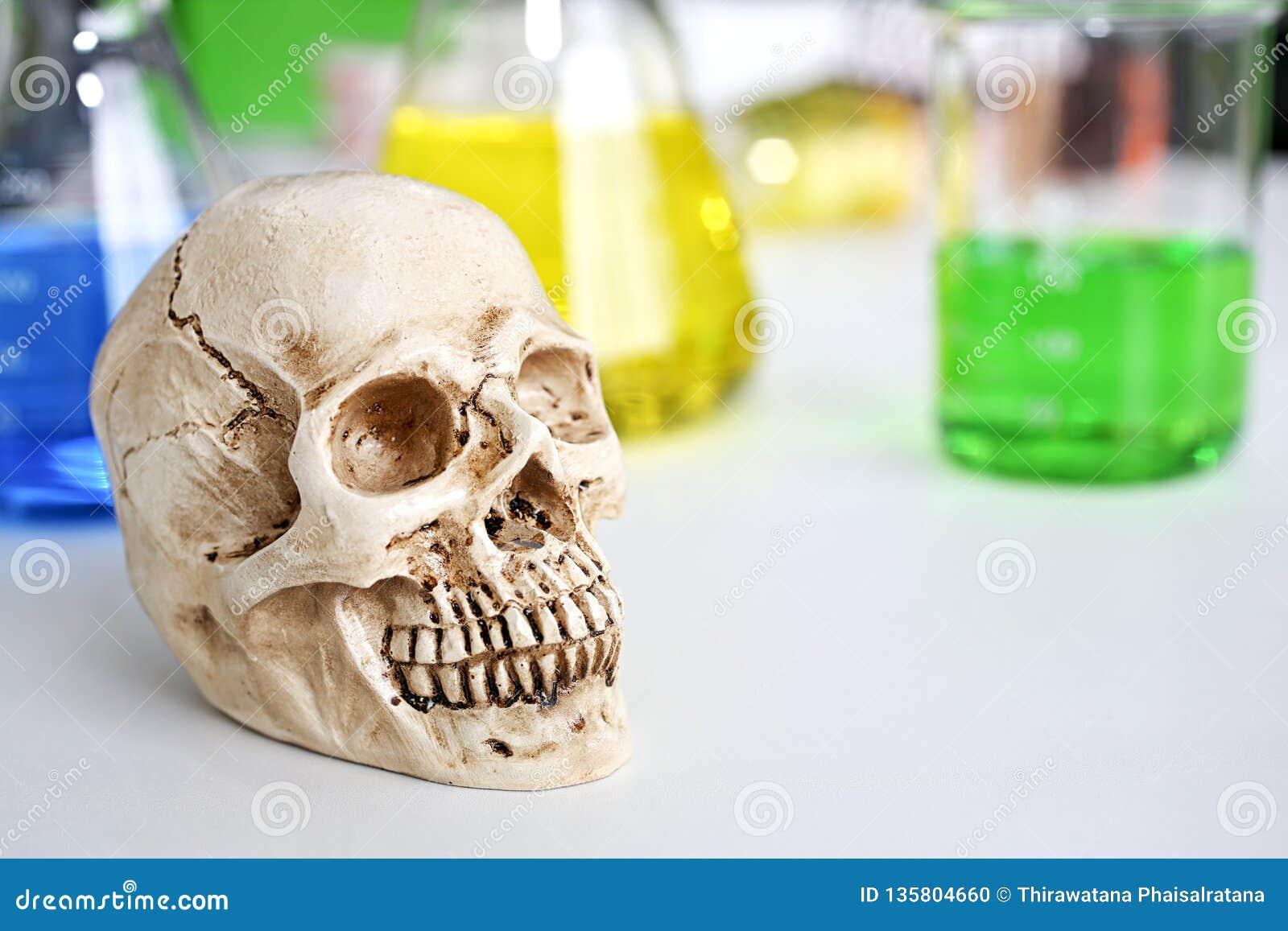 Crâne et seringue fioles médicales, risque médical d abus de virus et mort Toxicomanie néfaste Le foyer est sur la seringue Pile