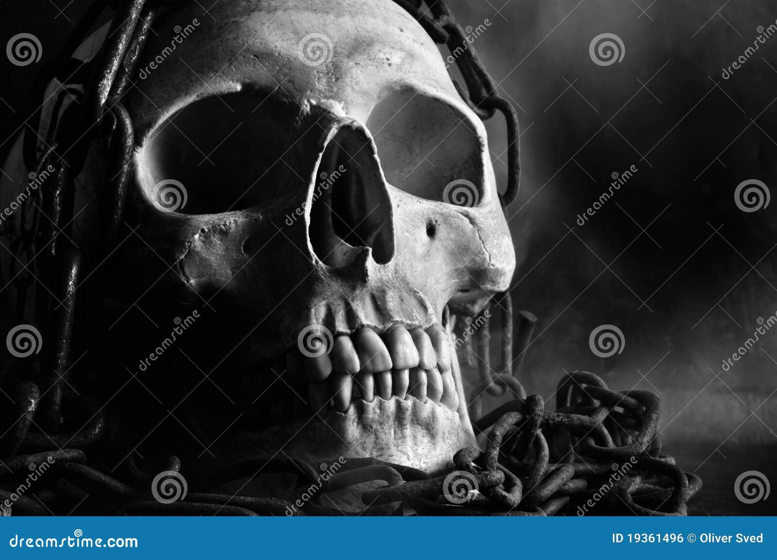 Crânio com corrente