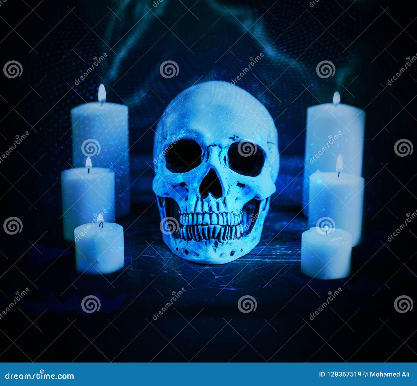 Crânio maldito artístico abstrato cercado por velas em um fundo ciano da rede