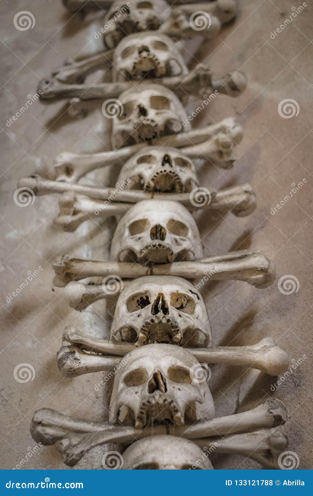 Crânios e ossos humanos em uma igreja em Kutna Hora Ossuary Checo de Sedlec: Kostnice em Sedci