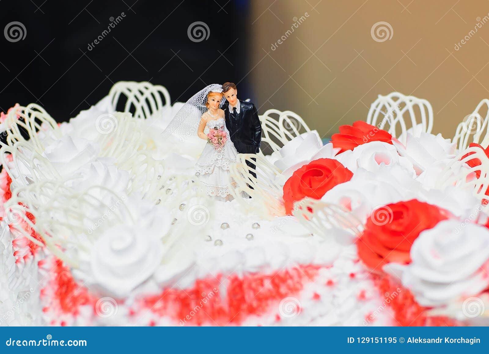 Creme Blanche De Gateau De Mariage Decoree Des Roses Rouges