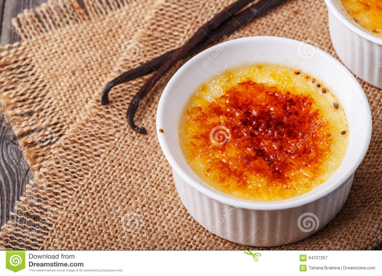 Crème-brulée - dessert alla panna francese tradizionale della vaniglia