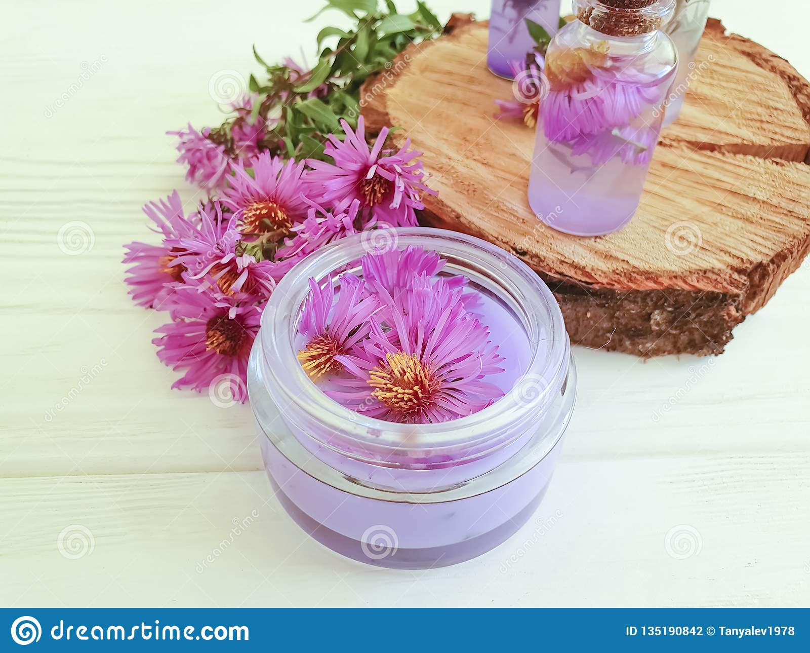 Crème cosmétique, extrait, fleur de chrysanthème sur un fond en bois blanc
