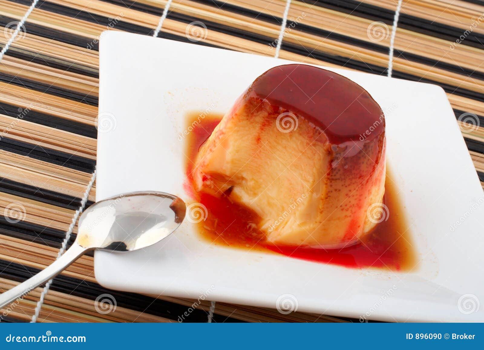 cr me de vanille et dessert de caramel avec la cuill re sur le parabolo de blanc photo stock. Black Bedroom Furniture Sets. Home Design Ideas