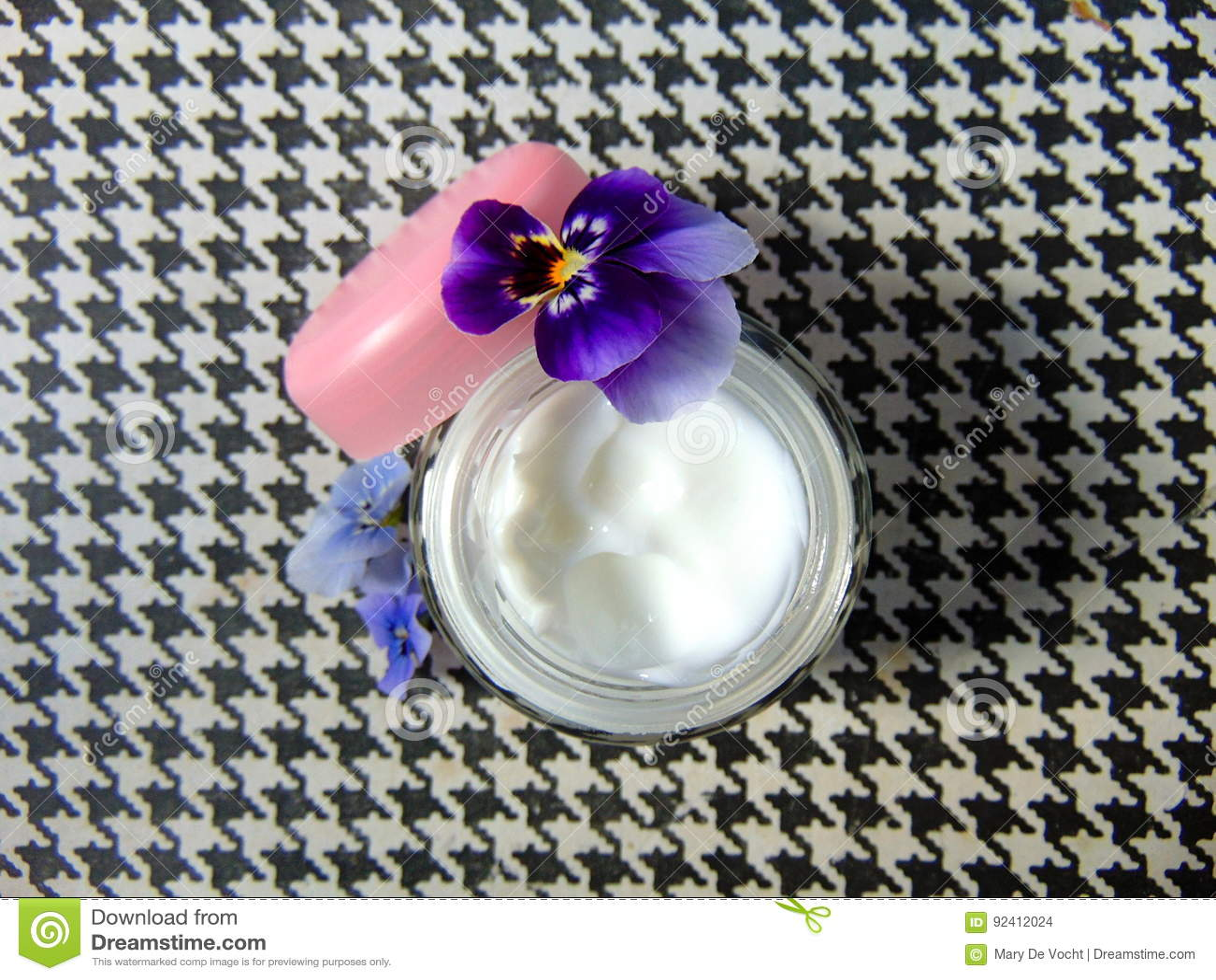 Crème faciale pour de bons soins de la peau avec les fleurs pourpres