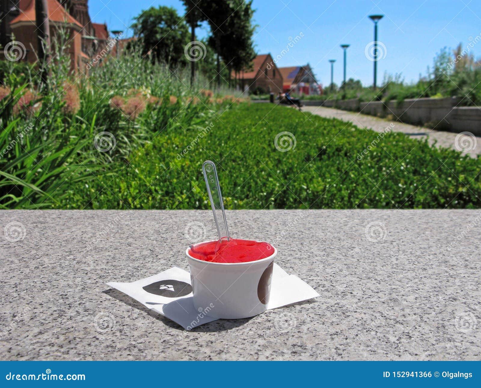 Crème glacée de fraise ou de pastèque dans une tasse