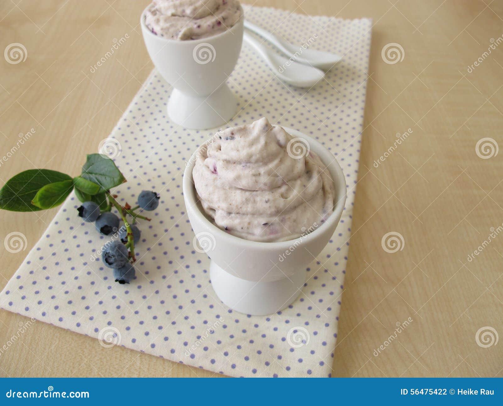 Crème glacée de myrtille dans le coquetier