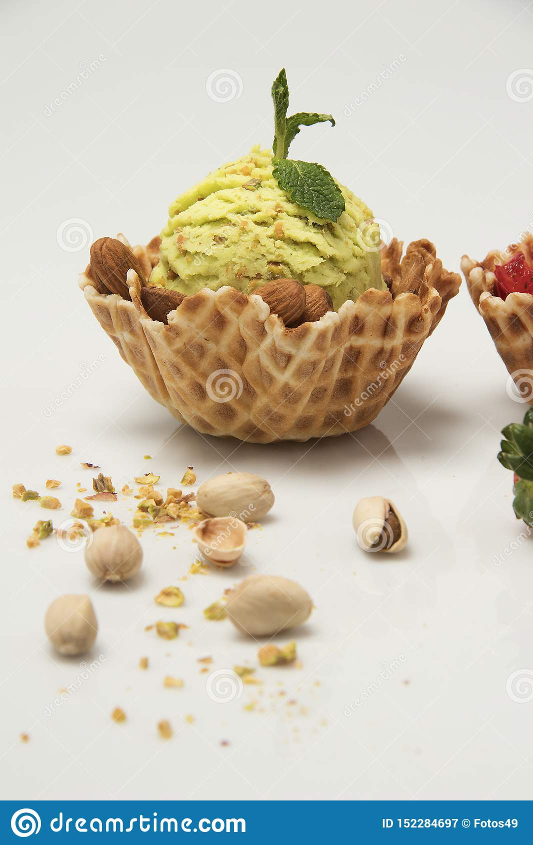 Crème glacée de pistache à l arrière-plan blanc de panier de cornet de biscuit