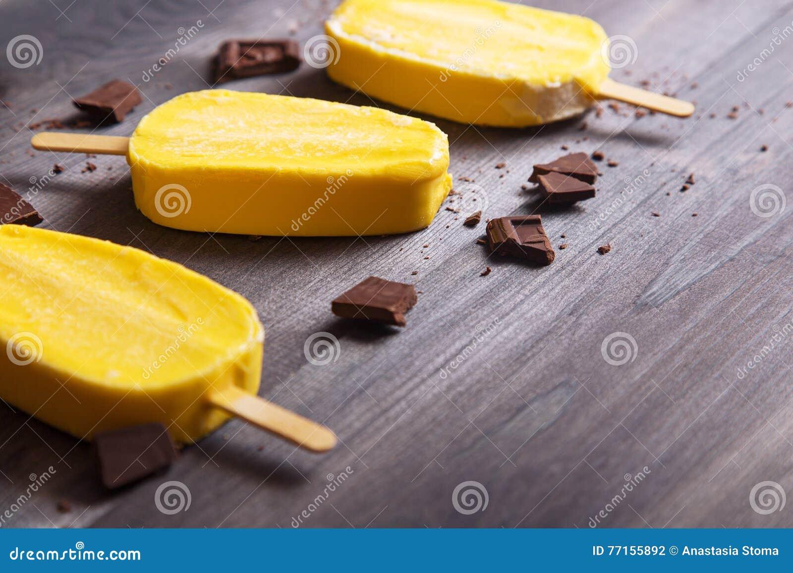 Crème glacée jaune avec du chocolat