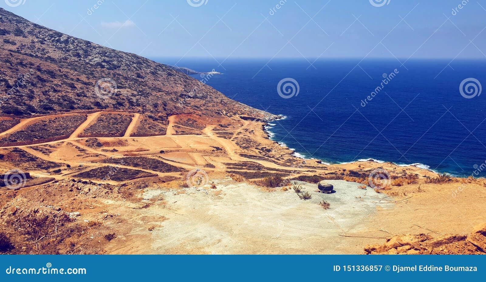 Crètelandschap en blauwe overzees