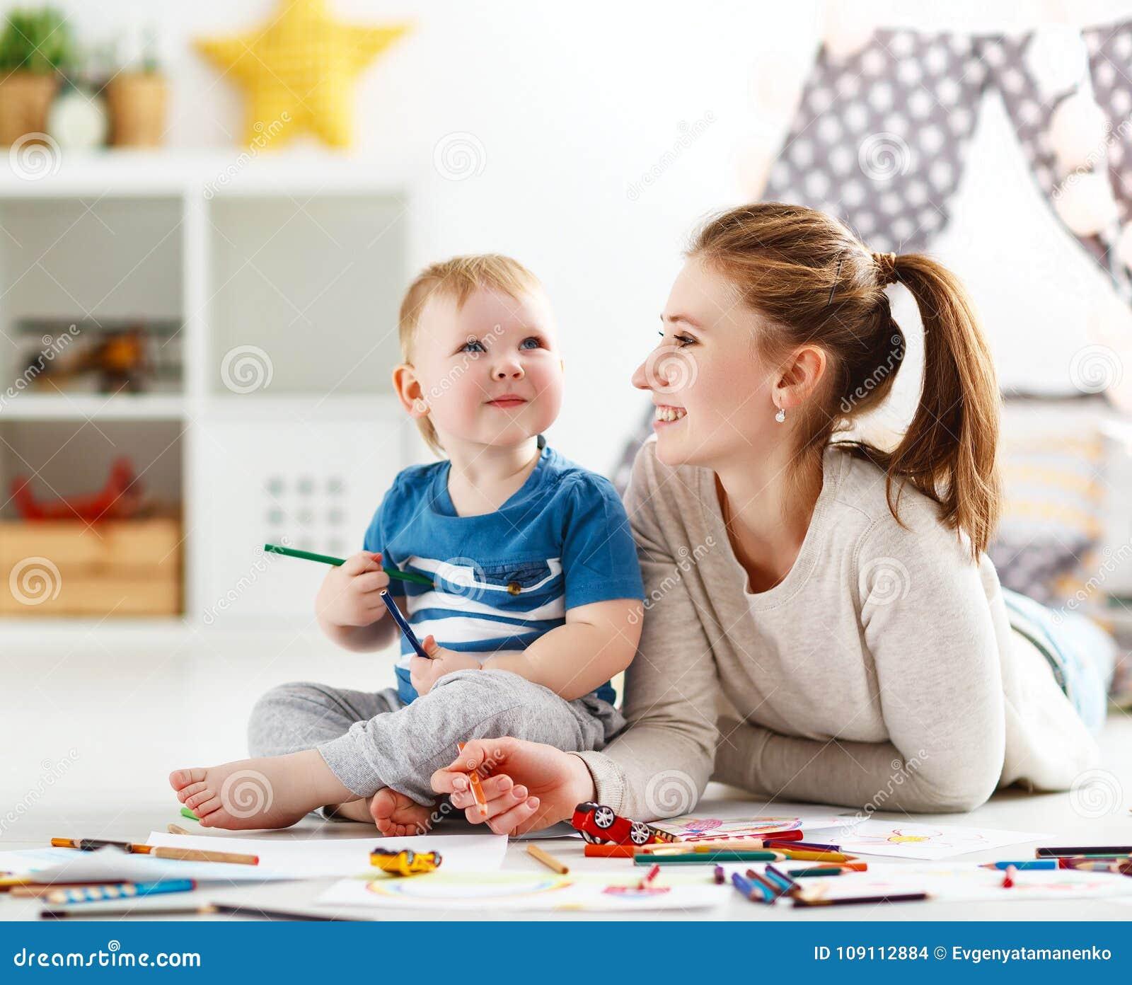 Créativité d enfants fils de mère et de bébé réunissant
