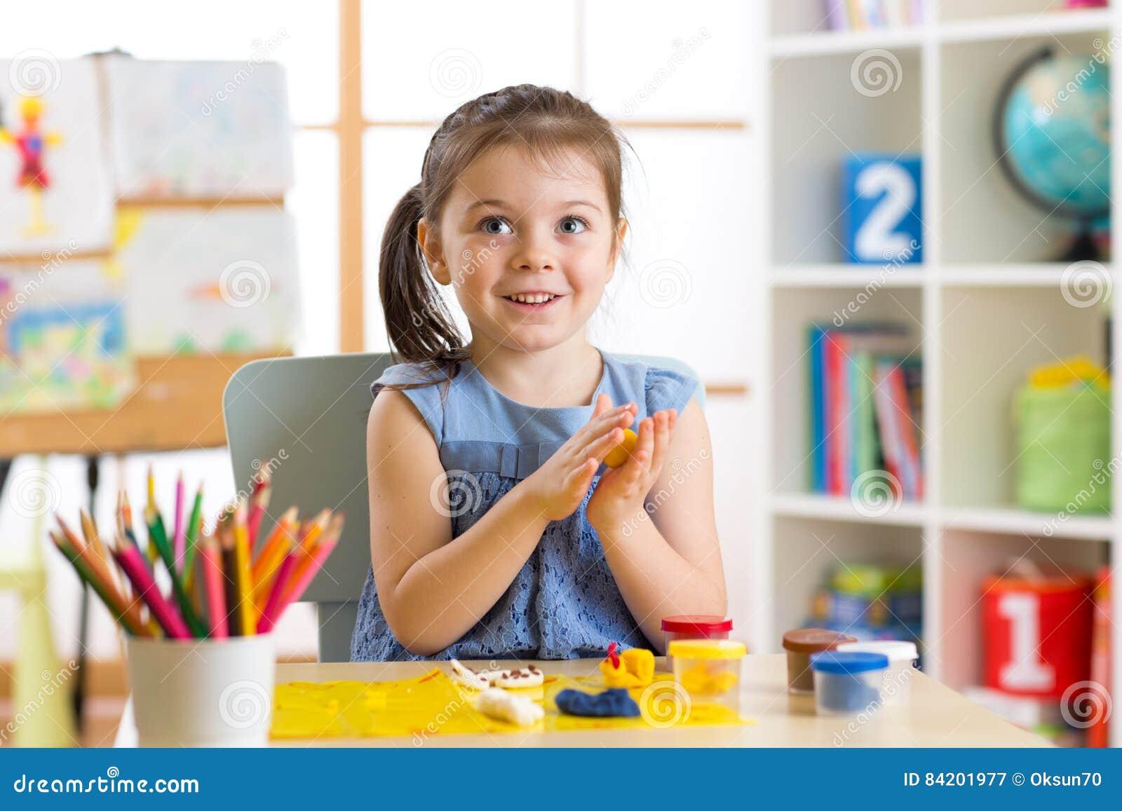 Créativité d enfants L enfant sculpte de l argile La petite fille mignonne moule de la pâte à modeler sur la table