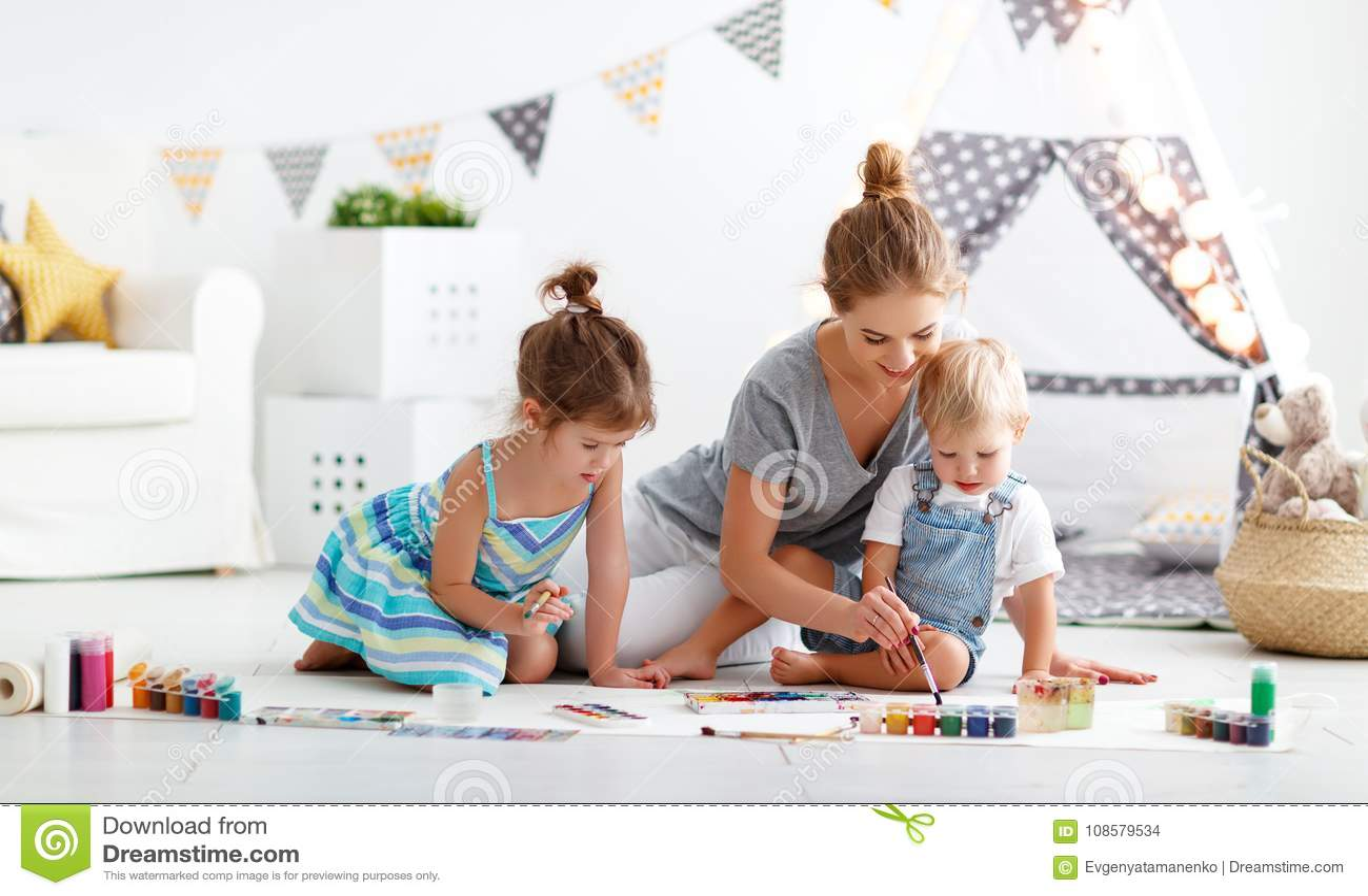 Créativité du ` s d enfants peintures de mère et d aspiration d enfants dans le jeu