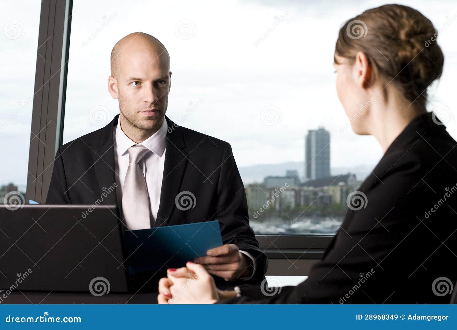 Crédito de decisão do banqueiro masculino