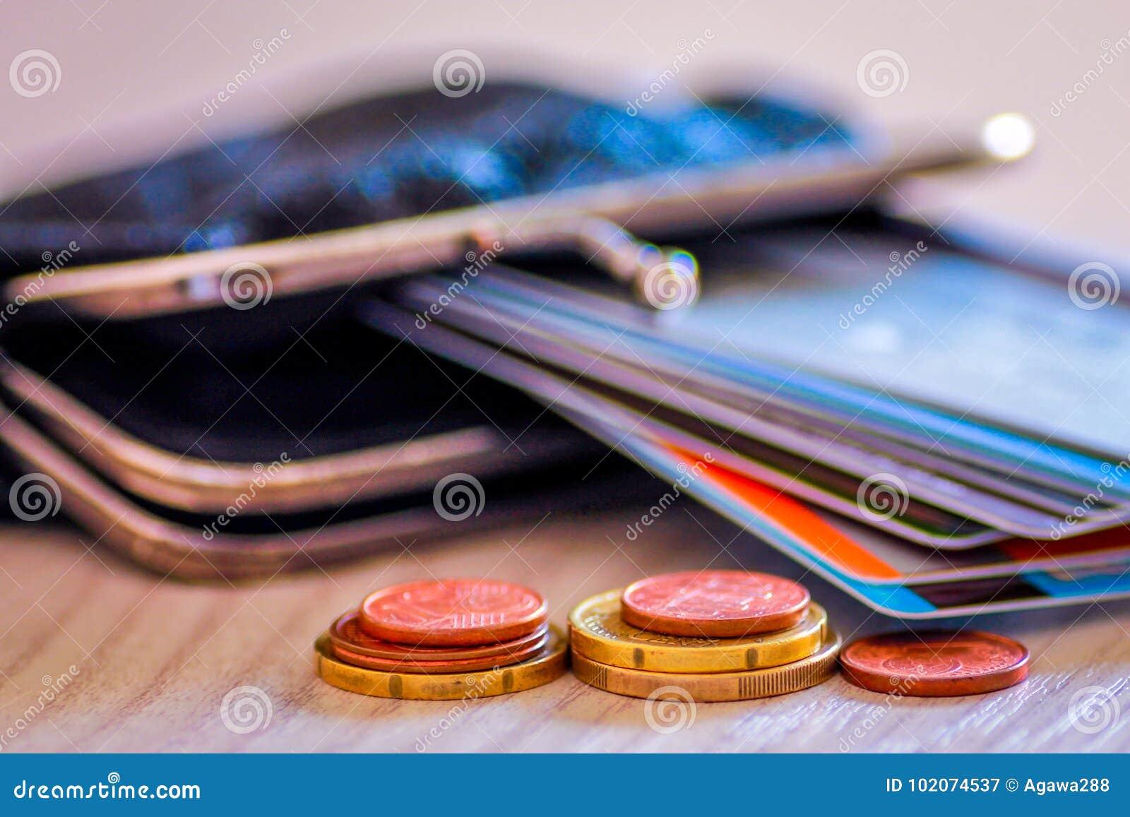 Crédito y tarjetas de débito y monedas en cartera