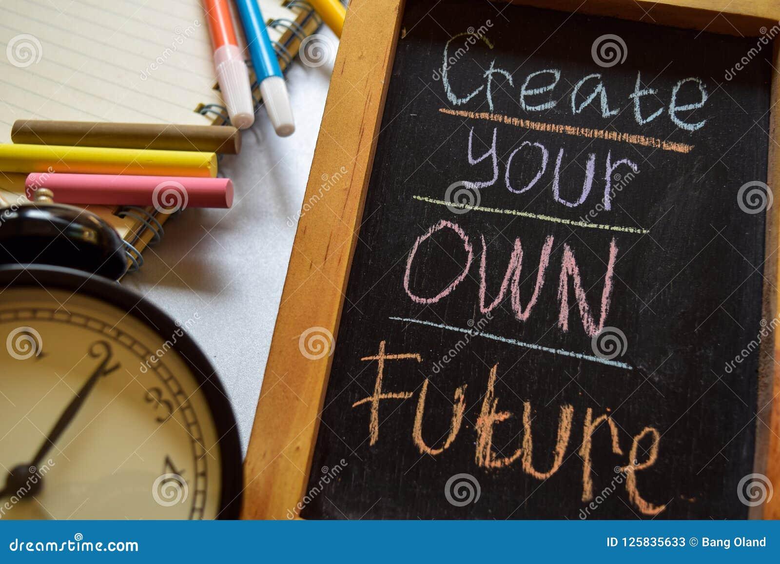 Créez votre propre avenir sur manuscrit coloré d expression sur le tableau, le réveil avec la motivation et les concepts d éducat