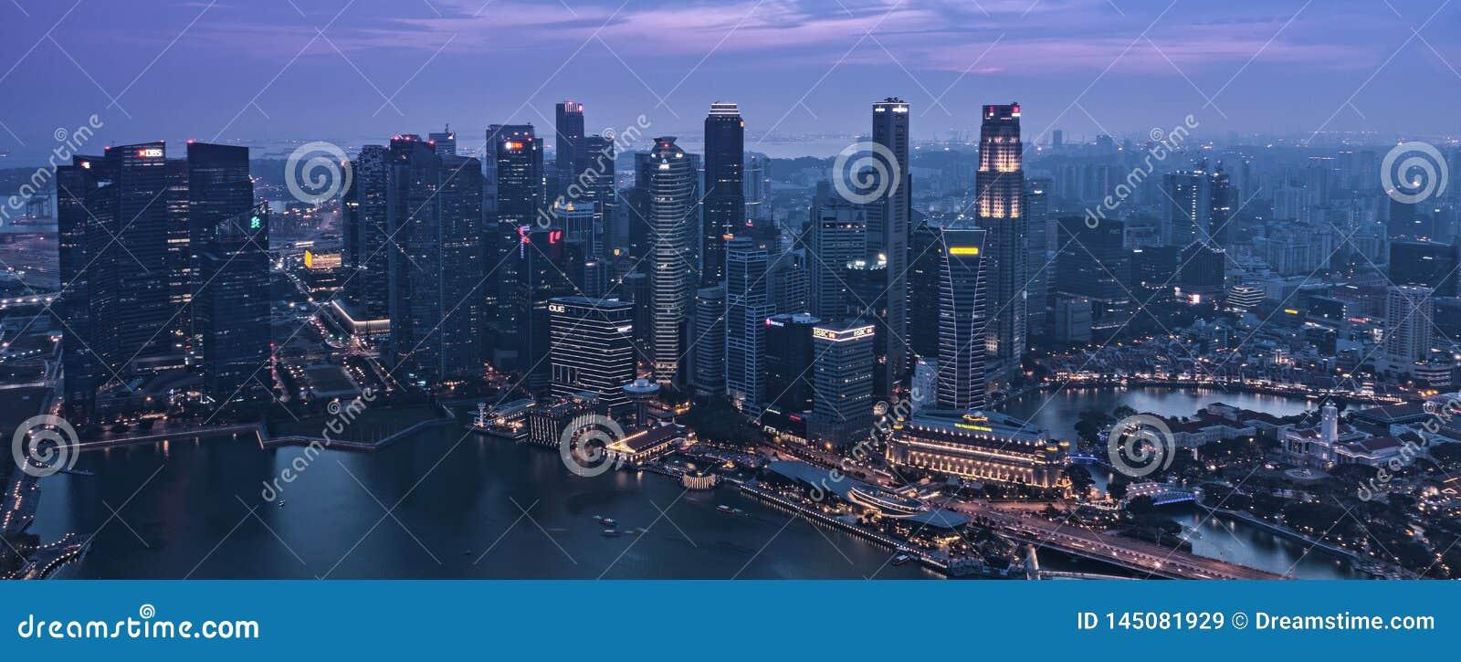 Crépuscule à Singapour CBD du centre Marina Bay Skyscrapers - réveil de la nuit